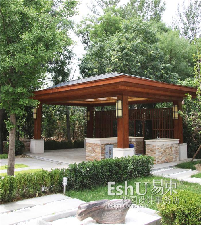 庭院简介: 庭院面积:600平米 庭院风格:简约 施工造价:¥260000 现代中式简约风格,业主刘先生非常喜欢北京院子的庭院景观,我们在设计时进行了形态的模仿,并且引入了舒适的慢生活的概念,以亭子为中心组成了一个非常好的户外休闲区。