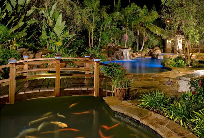 庭院有水则有灵气,根据花园的风格花园水景大致可以分为两类,一种是自然假山流水水景,一种是硬质现代水景。别墅中水景的打造形式多种多样,可选材质也非常多,如千层石、黄蜡石、鹅卵石、石板、雨花石、文化石、马赛克,千奇百怪的组合然水从无形边的有形,让水焕发出更多的颜色 自然式水景,流畅委婉,灵动鲜活,源自中式园林的风格。    硬质水景通常与线条感强烈的花园当中,将无形的水变得有形,也一点都不逊色,常见有水幕墙、流水槽等。       另外,别墅花园中,互动性最强的当数游泳池和spa池,近年来也是尤为流行。