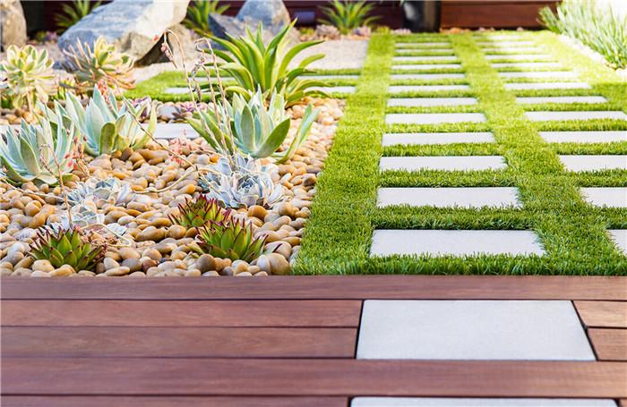 花园的铺装与公园铺装有很大不同,它更精致、细腻,可选择的材料也多种多样,营造的风格也多元化,漂亮的铺装也是花园的一道景观。常用材料有花岗岩、石板、烧结砖、鹅卵石、雨花石、洗米石、瓦片、防腐木等。 花岗岩铺装,颜色多样分为灰色系,黄色系,红色系,绿色系,可以拼成多种花纹,常用于花园的小平台、台阶、停车位等空间的地面铺装。
